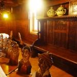 Karikatúry štamgastov na stoličkách Penziónu Rejvíz